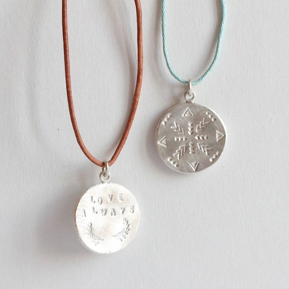 Atelier-bijoux-_-Poinconnage-d'une-medaille-en-argent